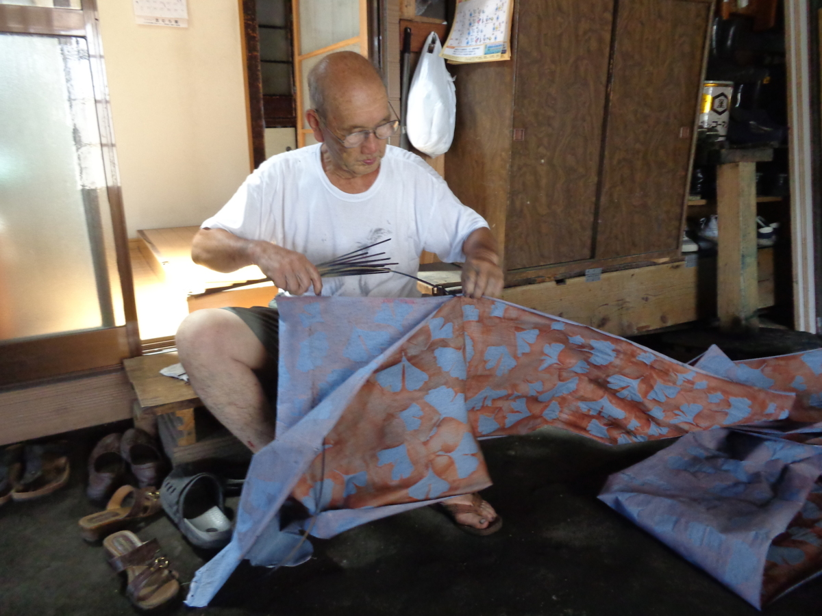 Mr. Noguchi placing tenterhooks at the fabric to make it ready to dye in the indigo vat.